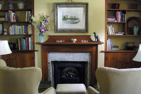Brewery Creek Inn: Charming living room with original art