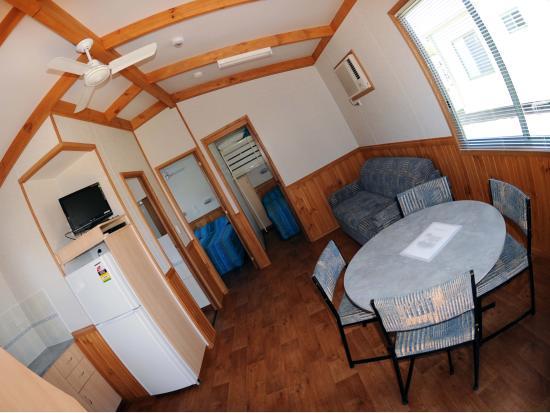Bargara Beach Caravan Park: Cabin Living Room