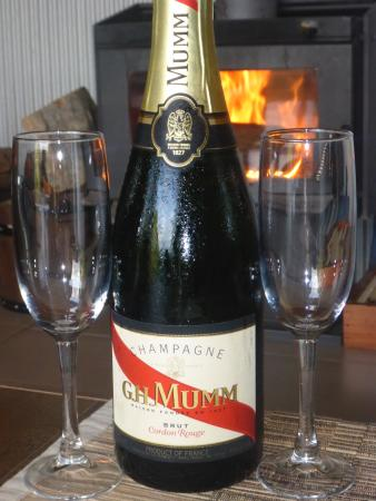 Whispering Valley Cottage Retreat: free champagne and a fire - what more could you want?