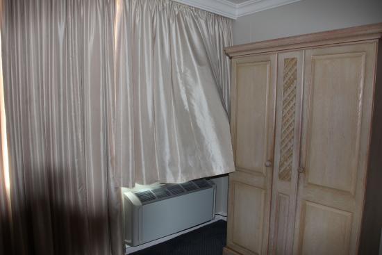 Protea Hotel Umhlanga: Der Vorhang behindert die Klimaanlage