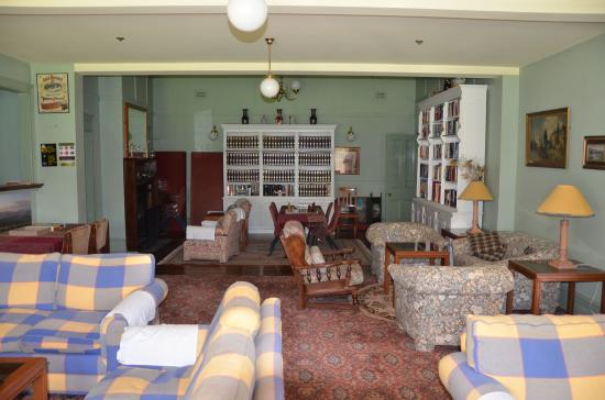 Leura House: Lounge Room