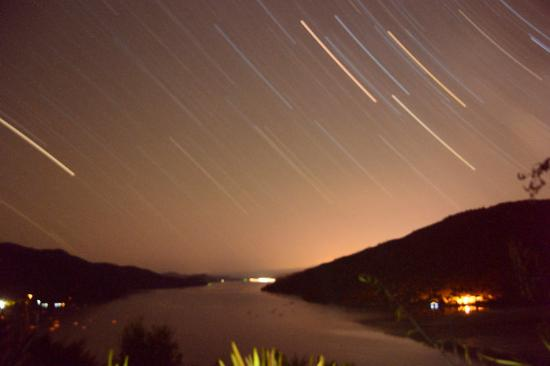 Anakiwa, Nueva Zelanda: Star trails over Queen Charlotte Sound, from the deck