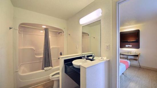 Motel 6 South Padre Island: bathroom is large and so was the room!
