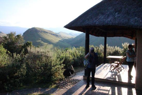 uKhahlamba-Drakensberg Park, جنوب أفريقيا: Terrasse mit Blick auf die Drakensberge