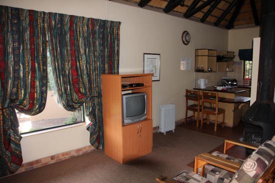 uKhahlamba-Drakensberg Park, Zuid-Afrika: Zimmer, Blick auf TV und Küche