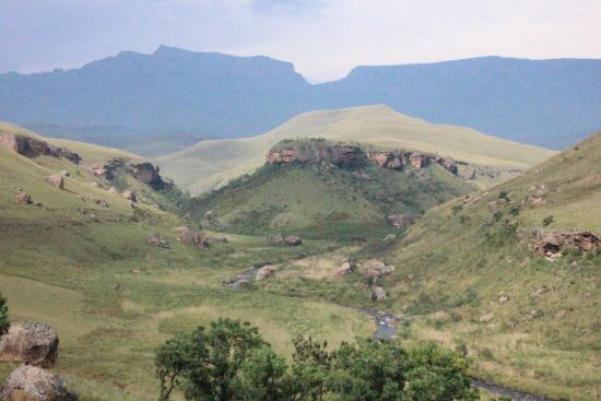 uKhahlamba-Drakensberg Park, Zuid-Afrika: Im Hintergrund 300er, im Mittelgrund der Fluss, der das Tal schuf