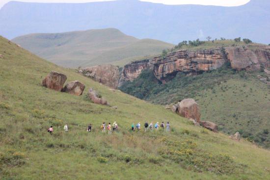 Kamberg Nature Reserve: Interessierte auf dem Weg zu den Felszeichnungen