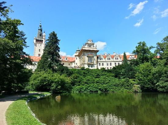 Průhonice, Republika Czeska: from the lake and garden side
