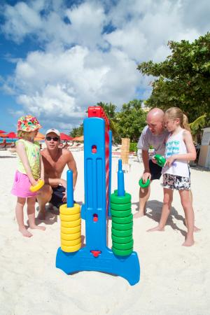 Ocean Two Resort & Residences: Families playing with the Connect Four set!