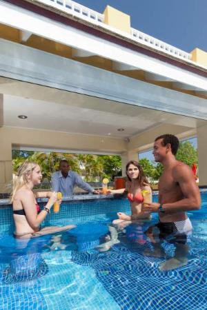 Ocean Two Resort & Residences: Swim Up Pool Bar