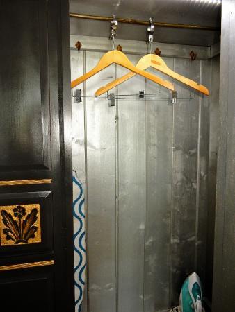 كوامبي إيستيت: 2 hangers only.