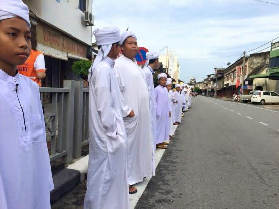Narathiwat Province, Thailand: Muslim students lined up welcoming the bicycling troop from Su-ngai Kolok to Kota Baru.