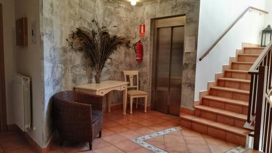 Villa Mencia: Habitacion,baño,hall de la planta
