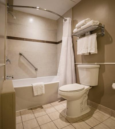 Best Western Ville-Marie Hotel & Suites: Bathroom