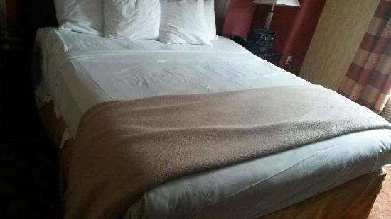 Lexington Inn at JFK Airport : Bed was just done ... A bit not well done