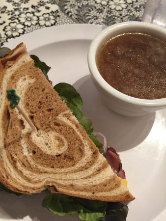 เชฮาลิส, วอชิงตัน: Half roast beef sandwich on rye and French onion soup.