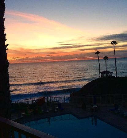 BEST WESTERN PLUS Shore Cliff Lodge: The Pool at Sunset