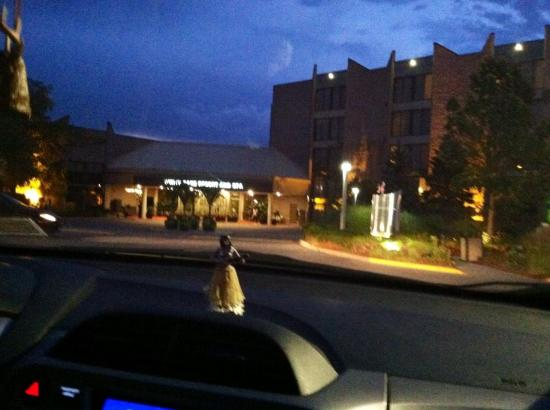 White Oaks Conference Resort & Spa: Very large complex but good parking. Area is somewhat rural but nice.