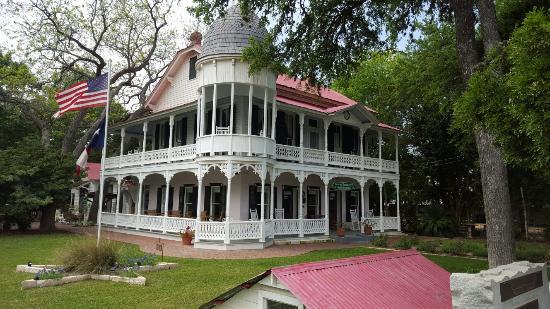 Gruene Mansion Inn Bed & Breakfast: Beautiful building