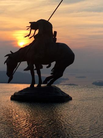 Sunset Over Table Rock Lake Beautiful Statue Of Indian On Horse In - Table rock lake golf course