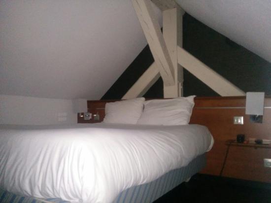 Chambre en duplex avec salle de bain et toilette en bas et chambre à ...