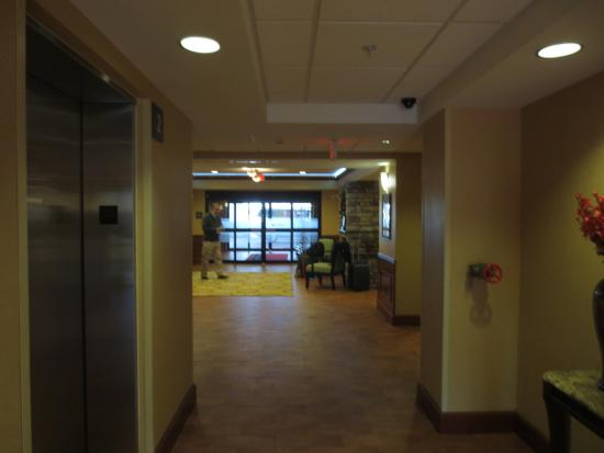 Hampton Inn Detroit / Utica - Shelby Township: From the elevators to the exit, lobby to the left, right to the breakfast room