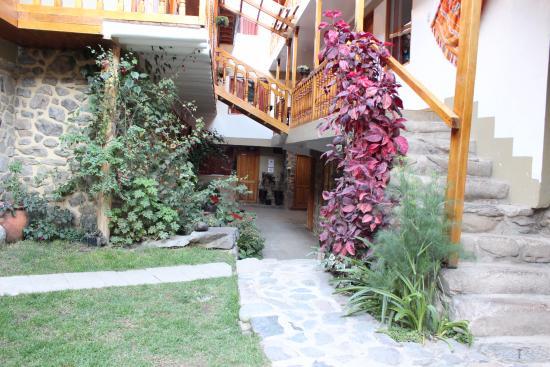 Tikawasi Valley Hotel: Corredor de passagem e escada para apartamentos