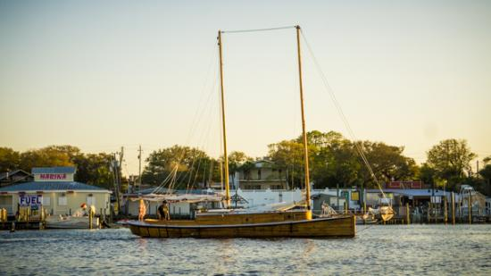 Emerald Coast Sailing: The Red Wing Starboard side.