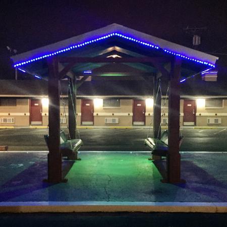 Elk City, OK: Nighttime at the Flamingo Motel
