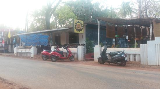 Anjuna, Indie: Burger factory view from outside