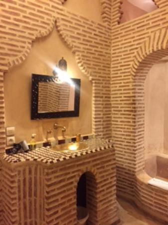 Riad Les Trois Mages: The bathroom