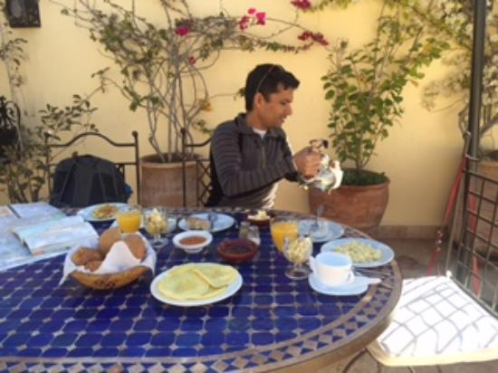 Riad Les Trois Mages: Breakfast on the terrace