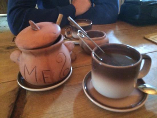 Palmse, Estland: Чай и мед, все что смог предложить ресторан, с ожиданием менее часа