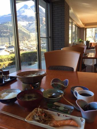 Shiki Resort Yunoka Yufuin : 朝食と由布岳