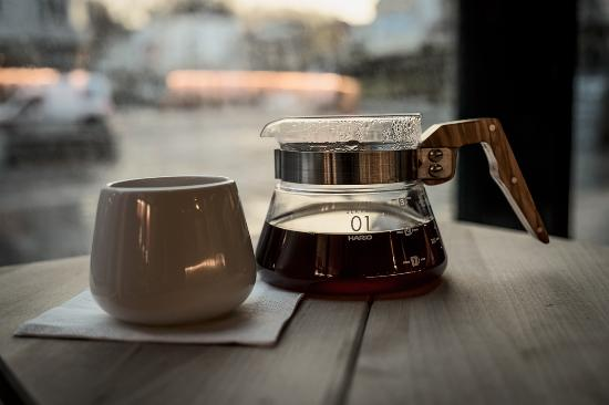 Trondheim Municipality, Noruega: Håndbrygget kaffe brent i kaffebaren.