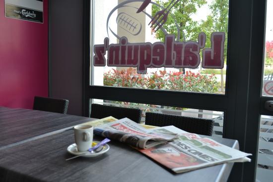 Charnay-les-Macon, Frankrike: Pause café journal