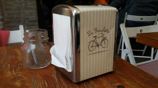 La Bicicletta Caffe & Salumi: Esterno ed interno del locale. Particolari.