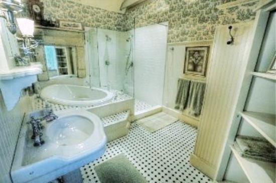 Pomegranate House & Cottages B&B: Carriage House Bath
