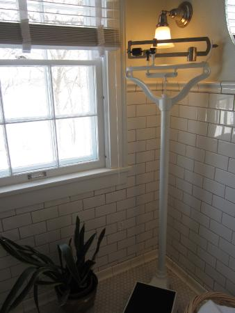 Four Mounds Inn B&B : Beautiful tiled bathroom is part of the suite