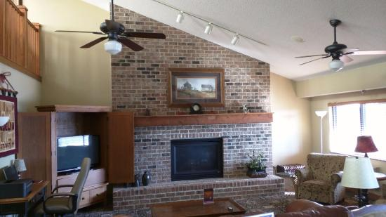 Madelia, MN: Fireplace, Business center and large TV in the lobby