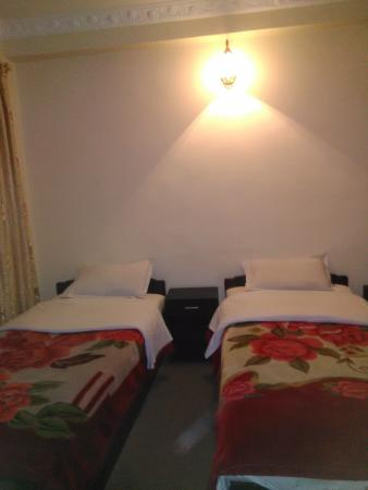 Om Tara Guest House: Double bedroom with private bathroom.