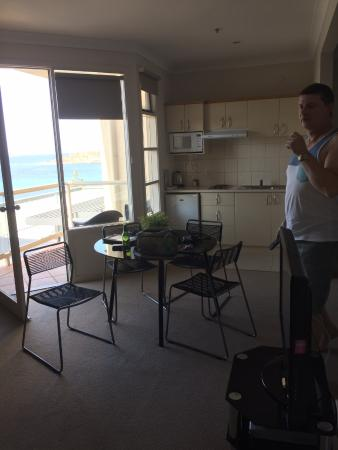 Encounter Bay, Australien: Kitchen/dining with balcony view