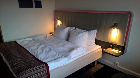 stor seng Stor seng, men litt hard.   Picture of Park Inn by Radisson Oslo  stor seng