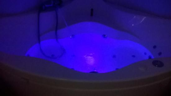 Saleilles, Francia: la baignoire balnéo lumineuse de notre chambre