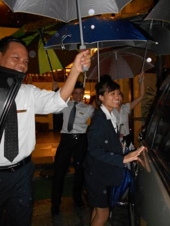 Hanoi Charming 2 Hotel: Staff sending us on our way during a heavy rain