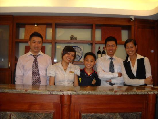 Hanoi Charming 2 Hotel: Friendly staff welcoming my son