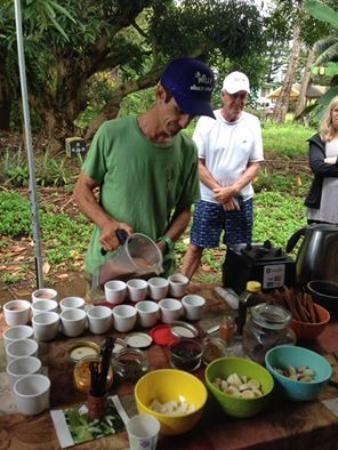 Kilauea, Hawái: Real cocoa drink (with spices) prepared right on the spot!