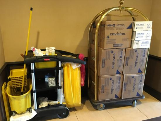 Hyatt Place Boston/Medford: Hey-I found a luggage cart! Too bad the hotel uses it for their own supplies.