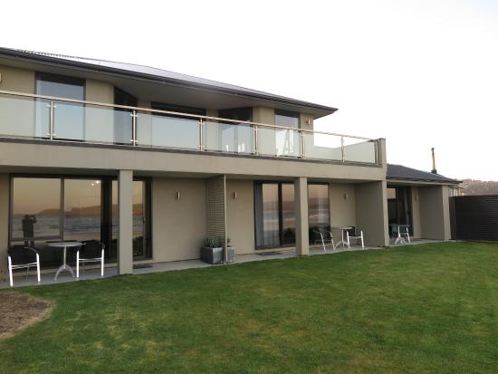 Tokanui, Nowa Zelandia: Oure Suite was on the left and had a nice little outdoor patio with table and chairs