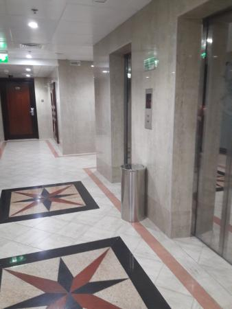 Asfar Hotel Apartment: in the hall way - ahh some people made noise during the night too...